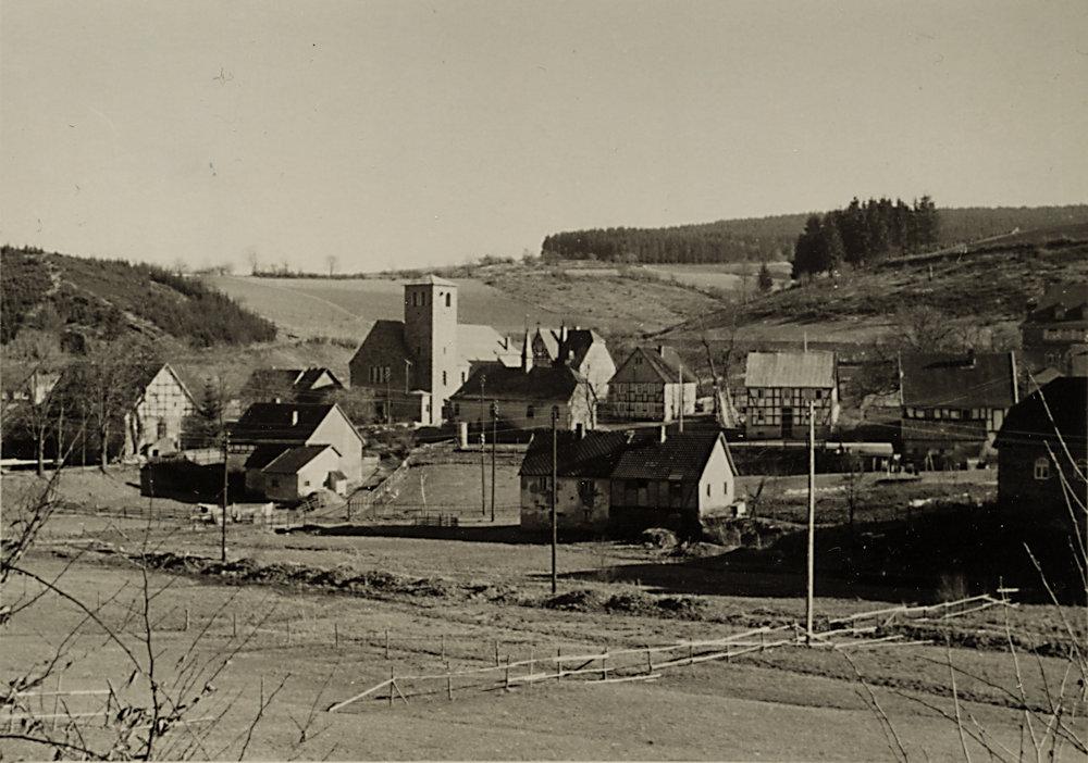 Dorfbild mit beiden Kirchen